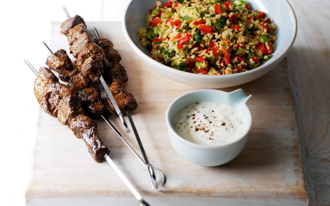 Brochettes d'agneau épicées et salade de quinoa aux mûres
