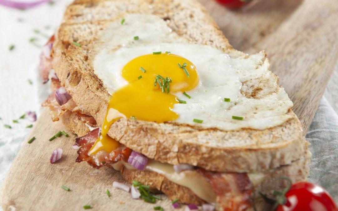Croque monsieur au bacon et aux oignons
