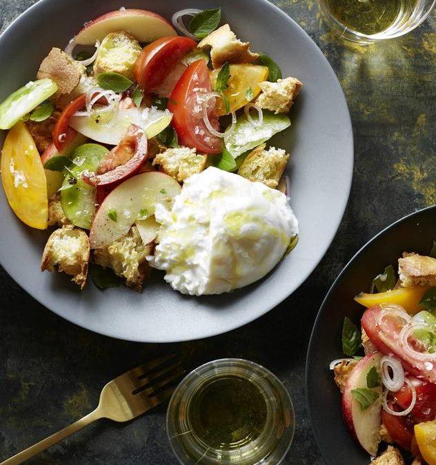 Salade toscane de fruits d'été, de tomates et de panzanelles de Burrata