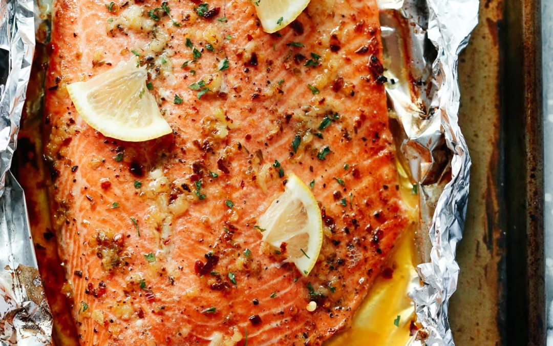Saumon au beurre et à l'ail cuit au four