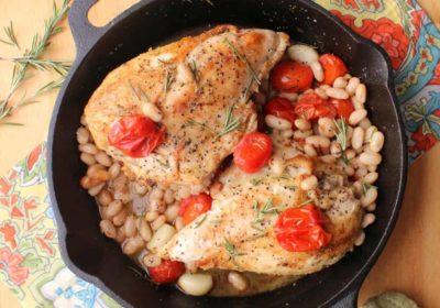 Poitrines de poulet poêlées à une casserole avec tomates cerises et haricots blancs
