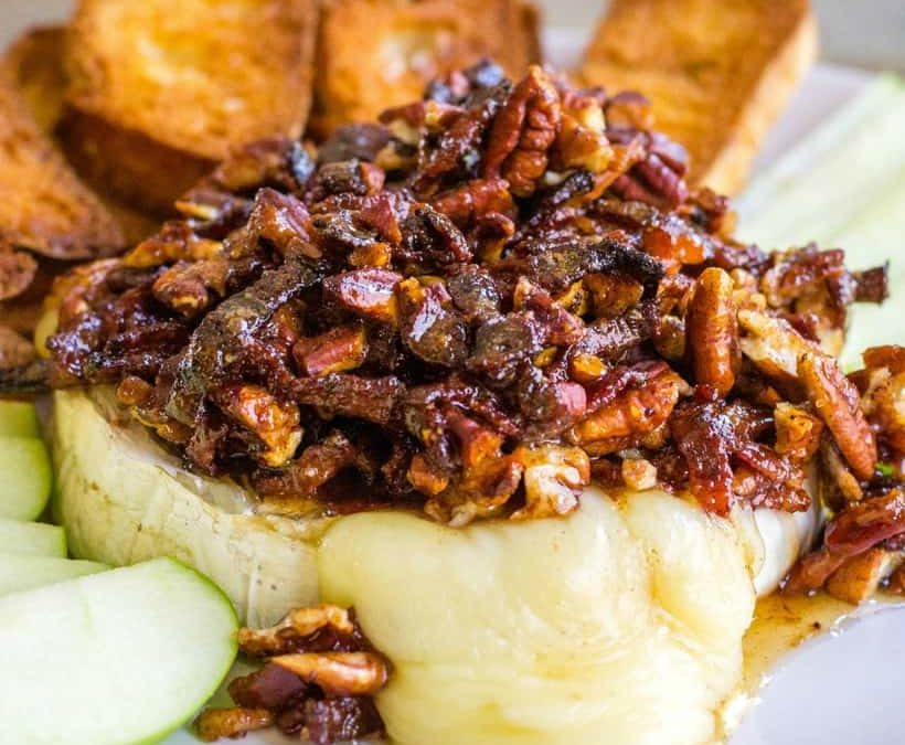 Brie cuit au four avec crumble aux canneberges