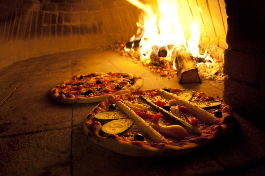 pizza cuit au feu de bois