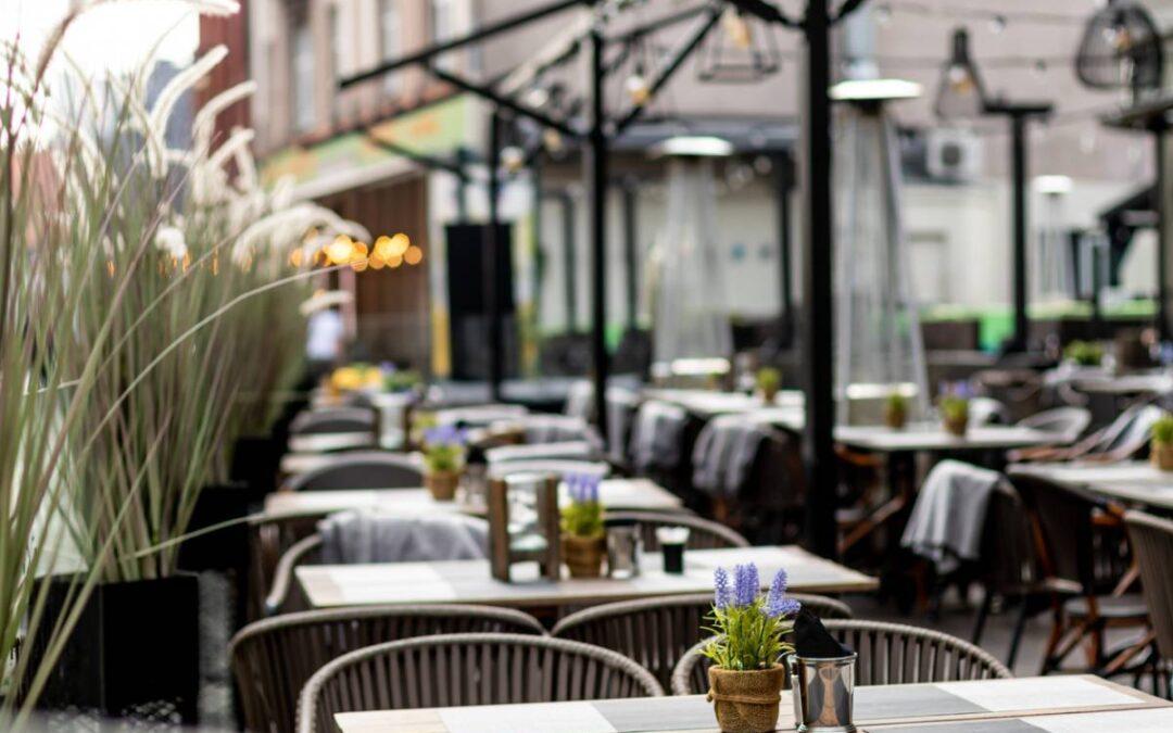 Bar-restaurant : mobilier en bois ou acier ?