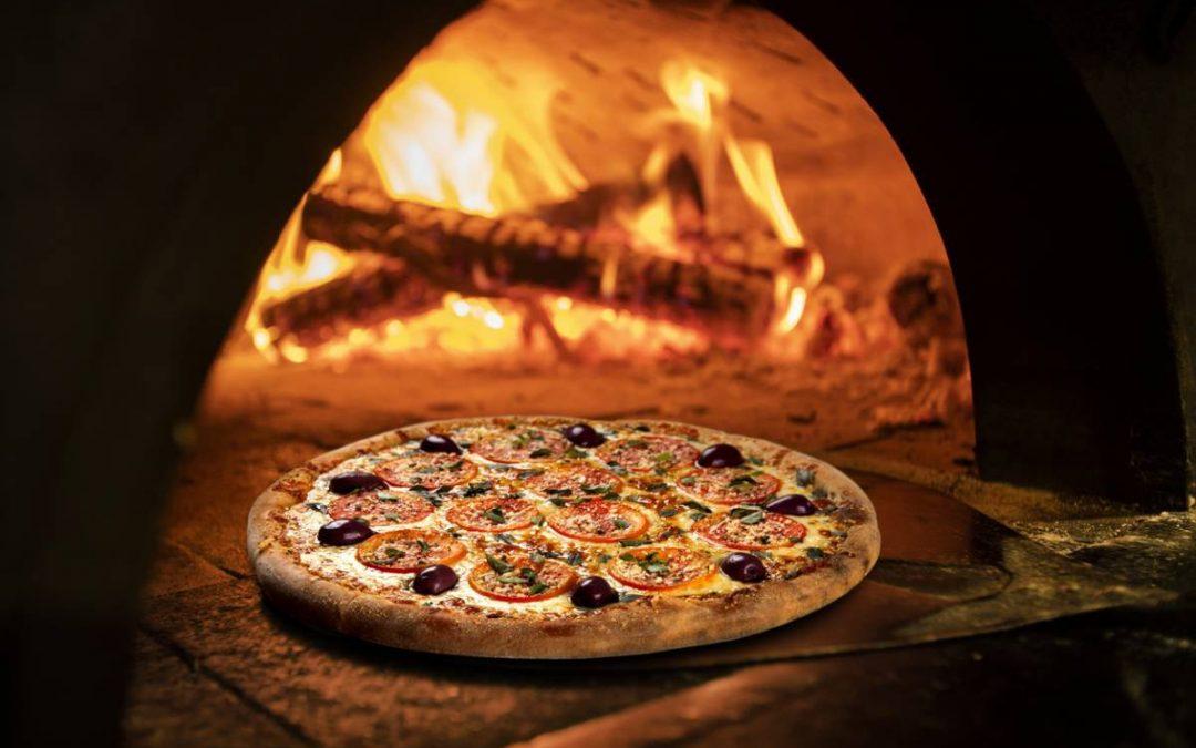 Comment maîtriser la cuisson au feu de bois du pain et de la pizza ?